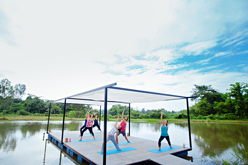 museflower-retreat-spa-chiang-rai-yoga-class-on-lake2-copy