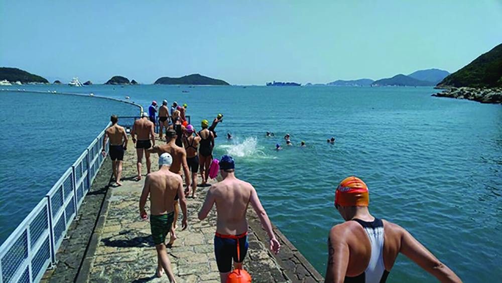 Several swimmers jump into the sea, a free workout in Hong Kong with OWSHK.